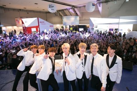 BTS con fans.JPG